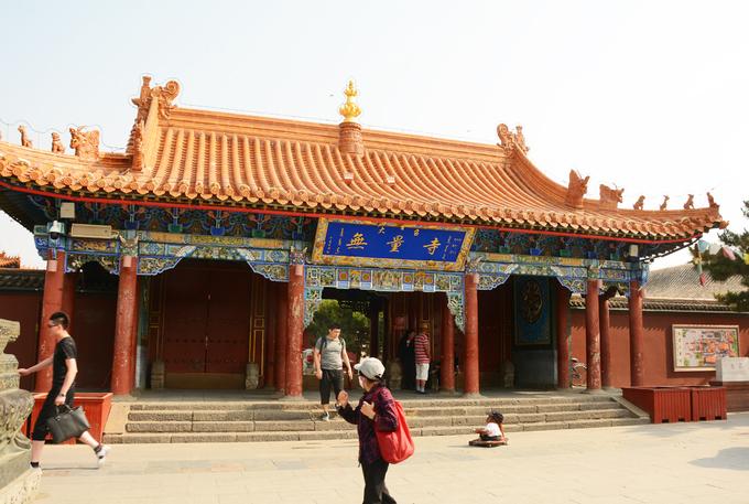Nếu có thời gian ở Hohhot bạn có thể ghé miếu Vương Chiêu Quân, bảo tàng Thành Cát Tư Hãn, chùa Đại Chiêu (ảnh) tích hợp văn hóa Mông Cổ và Tây Tạng, được xây dựng cách đây hơn 400 năm. Trong chùa Đại Chiêu có nhiều bức tượng quý đúc bằng bạc, dát vàng nặng hàng tấn. Khách được khuyến cáo không chụp ảnh tượng Phật, đặc biệt là khu vực trong cùng nơi đặt các bức tượng cổ.  Để đi Nội Mông Cổ, khách Việt cần xin visa Trung Quốc, bay 2 chặng Việt Nam - Bắc Kinh - Hohhot. Ngoài ra, khách cũng có thể mua vé tàu đêm Bắc Kinh - Hohhot, sáng hôm sau sẽ đến nơi. Tàu cao tốc chặng này dự kiến sẽ hoàn thành năm 2020, rút ngắn thời gian di chuyển xuống còn 2 tiếng. Hiện nhiều công ty Việt Nam đã mở bán tour Nội Mông 4-5 ngày như Hanoi Redtours, Blue Sky, Happytour, Vietrantour, Golden Tour, Vitours, Vietnamtoursim, Du lịch Việt... giá 15,9 triệu đồng.