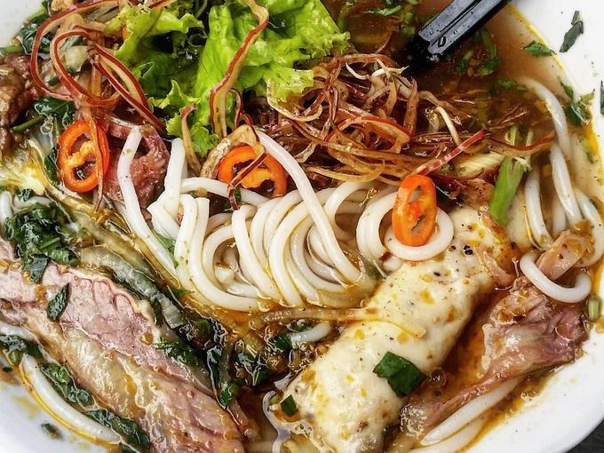 Khác với nhiều quán bún bò ở Sài Gòn, cọng bún ở đây nhỏ, dài và mềm tạo cho thực khách cảm giác đỡ ngán khi ăn. Ảnh: @gabonvoyage.
