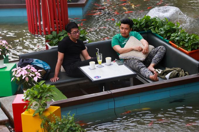 """""""Quán có diện tích 600 m2 thì mặt nước chiếm 280 m2. Quanh hồ nước ban đầu tôi xây dựng 18 bể nhỏ như ở hồ bơi nhưng cao hơn mặt nước và đặt bàn ghế trong đó. Về sau thấy mật độ bể nhiều nên đập bỏ bảy cái đi. Độ sâu lòng hồ khoảng 40 cm, thời gian thi công mất hơn tháng"""", anh Lê Thanh Sang (chủ quán) chia sẻ."""