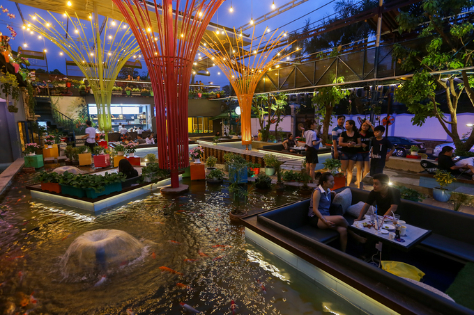 Chi phí đầu tư toàn bộ quán cà phê là 3 tỷ đồng, trong đó riêng không gian hồ cá là 1,2 tỷ đồng. Buổi tối, quán trở nên lung linh hơn với những ánh đèn chiếu sáng đủ sắc màu.