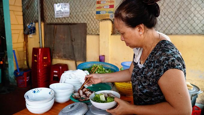 Không gian quán nằm gọn trong khoảng sân chừng 15 mét vuông ở trước sân nhà. Gian bếp đặt phía trước là nơi chế biến món ăn mang ra cho khách.