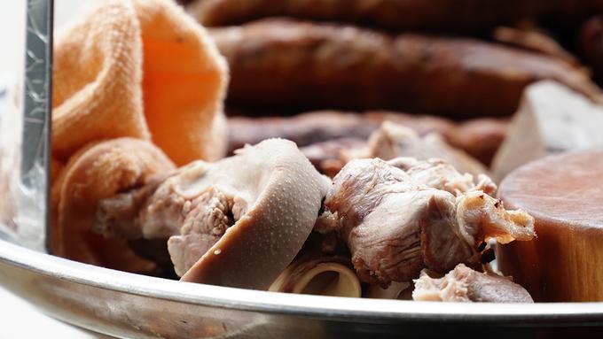Kế bên bếp là mâm đồ lòng với nhiều món khác nhau như tim, dồi, gan... giống như bao hàng cháo lòng khác.