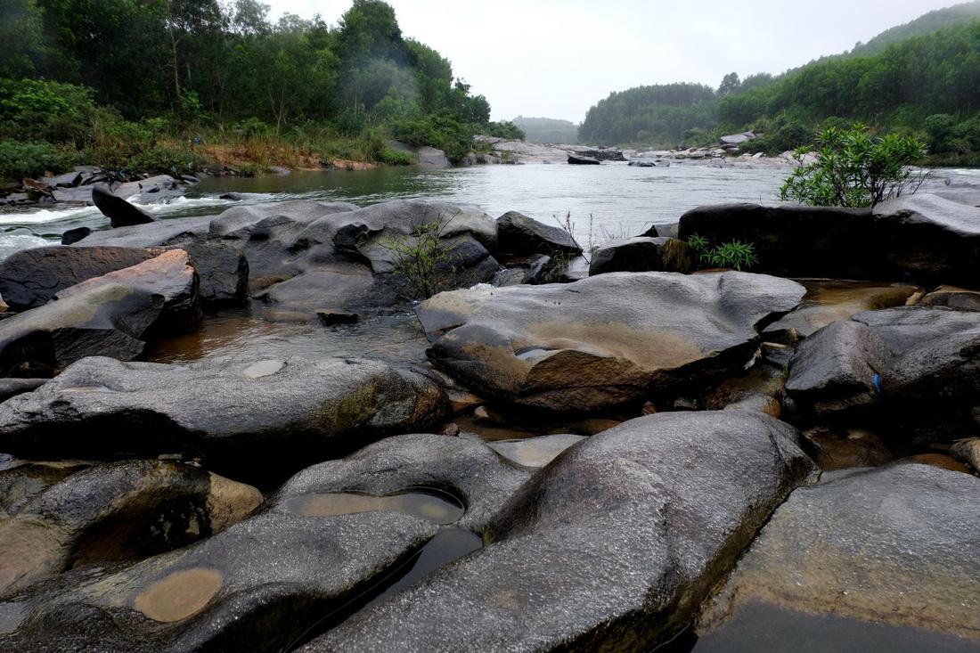 Bãi Lò Thung còn gọi là đá Vua trên sông Tiên. Ảnh: Dương Minh Bình