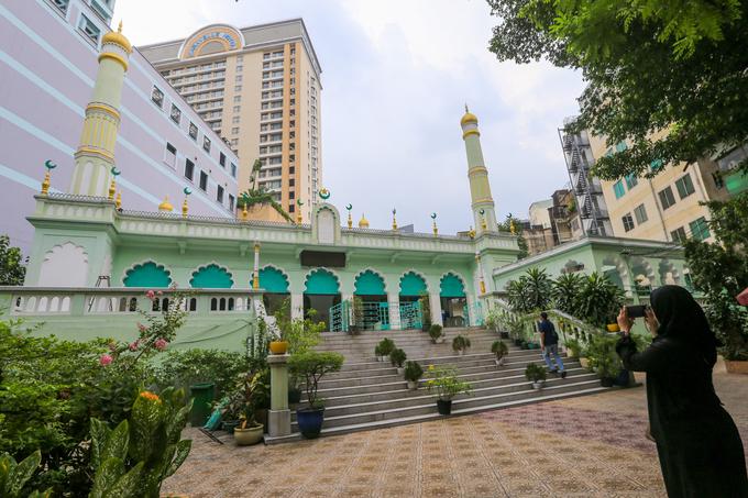 Thánh đường Hồi giáo Jamia Al-Musulman nằm ở số 66, đường Đông Du, quận 1, TP HCM. Đây là thánh đường nổi tiếng bậc nhất của Sài Gòn, với diện tích khoảng 2.000 m2.