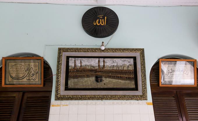 Bức tranh thánh địa Mecca ở Saudi Arabia, thủ đô tinh thần của thế giới Hồi giáo, được treo trang trọng trong một góc hành lang.