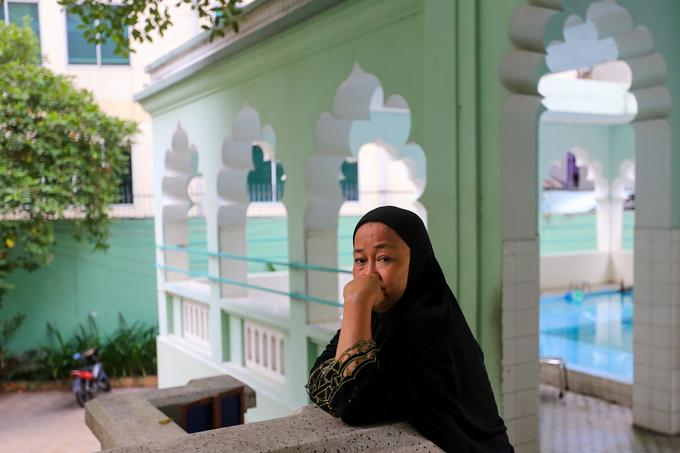 """""""Ngày nào tôi cũng đến đây để làm lễ tạ ơn thượng đế và đọc kinh Koran, nếu không đến được thì làm lễ ở nhà, miễn sao ngày đủ năm lần"""", bà Baracat Lisa cho biết."""