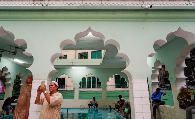 """""""Tôi gắn bó với Thánh đường Jamia Al-Musulman từ nhỏ, bao năm qua kiến trúc vẫn không thay đổi. Thánh đường này có diện tích không quá lớn nhưng là điểm hành lễ rất quen thuộc của cộng đồng Hồi giáo tại Sài Gòn từ khi mới xây dựng. Nơi đây còn được xem là một thánh đường Hồi giáo quốc tế khi rất nhiều người nước ngoài cũng đến đây"""", ông Adam Sah (80 tuổi) chia sẻ."""