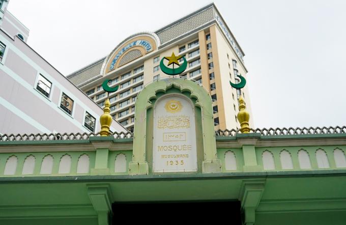 Lối vào chính điện có gắn tấm bảng ghi tên và năm xây dựng của thánh đường. Phía trên là biểu tượng trăng lưỡi liềm và ngôi sao năm cánh của Hồi giáo.