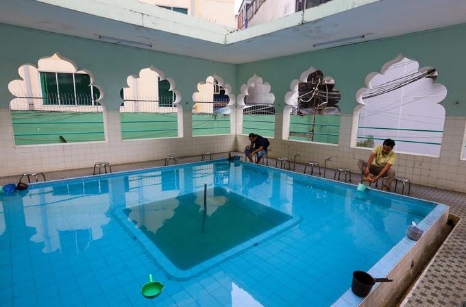 Cạnh lối vào chính điện là bể nước dành cho nam tín đồ lấy nước để thanh tẩy trước khi vào cầu nguyện.