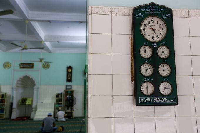 Những chiếc đồng hồ, có viết chữ Arab được treo nhiều nơi. Trên đồng hồ các khung giờ chỉ thời gian cầu nguyện bắt buộc mỗi ngày năm lần, riêng đồng hồ lớn ở giữa chỉ giờ hành lễ thêm.
