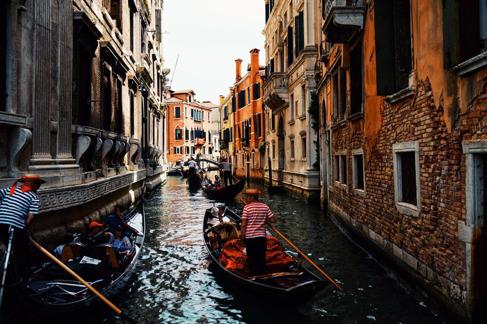 Nằm ở phía đông bắc Italy, Venice nhìn trên cao như một mạng nhện khổng lồ được tạo thành từ 118 đảo và 175 kênh đào. Các đảo được nối với nhau bởi 444 cây cầu.