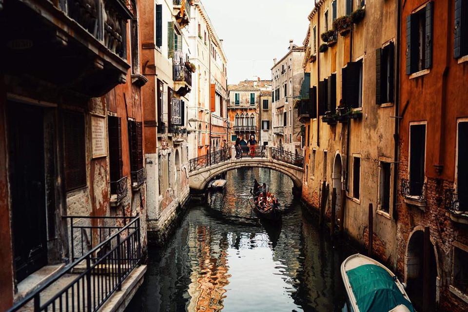 Điểm gây ấn tượng nhất của thành phố này chính là những con kênh rạch thơ mộng và cây cầu Rialto nổi danh thế giới. Tất cả tạo nên khung cảnh vừa cổ kính, thơ mộng, lại mang đậm nét cổ điển châu Âu.