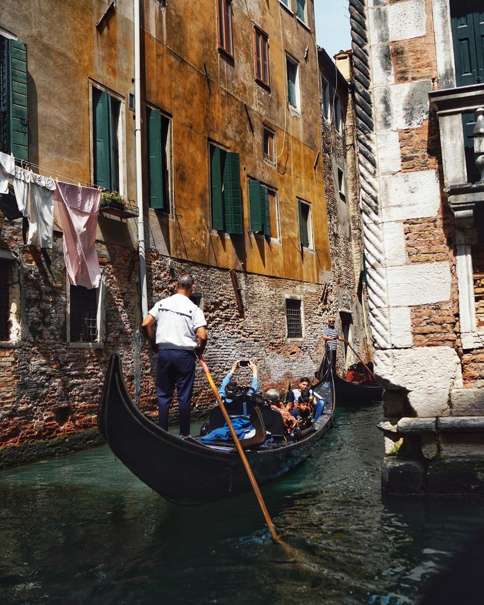 Venice còn là thành phố của những chiếc mặt nạ cầu kỳ đủ màu sắc, hay đơn giản là những chậu hoa xinh xắn bên ô cửa của những ngôi nhà khoác màu áo thời gian thanh bình, cổ kính. Trên trang cá nhân của mình, Châu Bùi thường xuyên chia sẻ khoảnh khắc bình yên, thư giãn trong kỳ nghỉ sau chuỗi ngày làm việc vất vả.