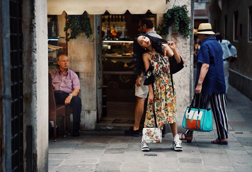 """Ngoài ngồi thuyền dọc theo những con kênh yên ả chạy qua thành phố, hot girl Hà thành cũng ghé thăm quảng trường St.mark's, nhà thờ Santa Maria, cầu Bright of sighs, nhà hát Teatro La Fenice, kênh Grand Canal, cầu Rialto…""""Tắt điện thoại, không tin nhắn, email công việc, tận hưởng trời Tây một cách yên bình là điều Châu thích nhất trong kỳ nghỉ này"""", cô chia sẻ."""