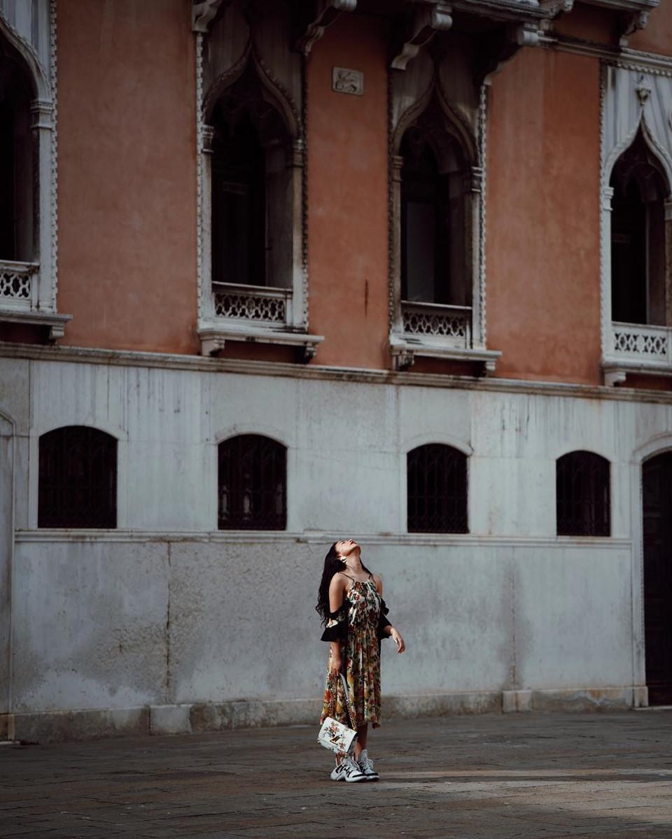 Có rất nhiều đảo nhỏ mà bạn có thể đặt chân lên để hòa mình vào bầu không khí yên ả của Venice như đảo Murano, Burano, Lido… Đây cũng là những điểm dừng chân của Châu Bùi trong chuyến đi kết hợp công tác. Những thị trấn nhỏ trên đảo hiện ra duyên dáng với những ngôi nhà cổ tích, yên tĩnh và trầm lặng. Đây cũng là nơi hot girl thỏa sức sáng tạo với những bức hình.