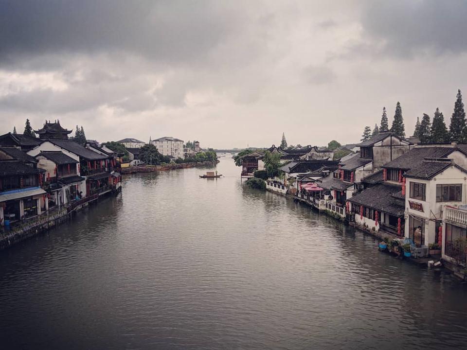 """Cổ trấn Chu Gia Giác: Thị trấn cổ Chu Gia Giác nằm ở vùng Trung Nam quận Thanh Bổ, thành phố Thượng Hải, giáp với khu du lịch hồ Điện Sơn. Sở hữu con sông Tào Cảng uốn mình chảy quanh, Chu Gia Giác được ví như """"Venice"""" của Thượng Hải. Ảnh: @mysassyfoodblogger."""