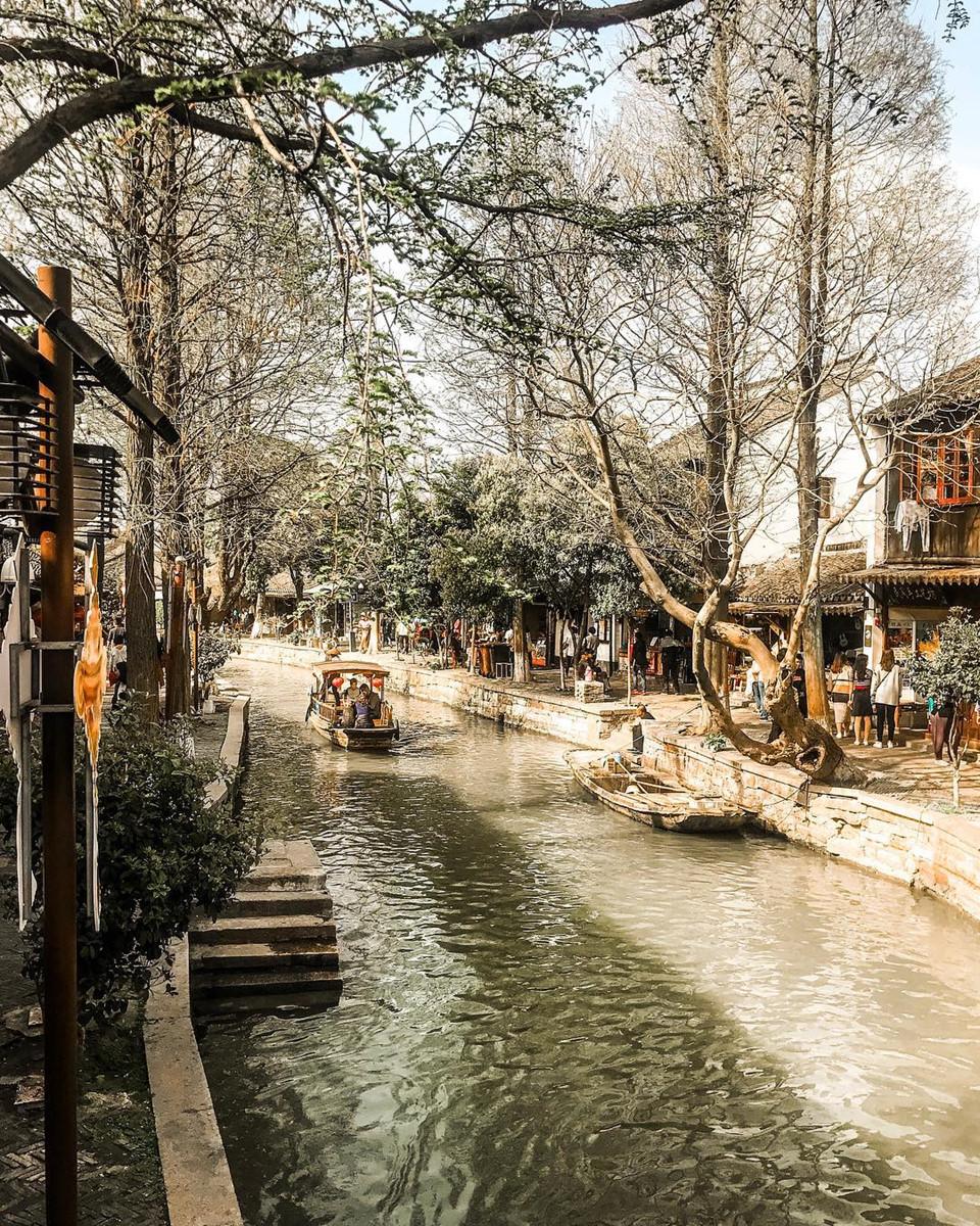Nhìn trên bản đồ, thị trấn nhỏ này có hình dáng một chiếc quạt gấp. Trải qua 1.700 năm lịch sử, gần như mọi giá trị văn hóa ở Chu Gia Giác vẫn được gìn giữ nguyên vẹn. Năm 1991, chính quyền thành phố Thượng Hải đã đưa Chu Gia Giác vào danh sách danh trấn văn hóa nơi đây. Đây là bối cảnh của biết bao bộ phim cổ trang nổi tiếng màn ảnh Trung Quốc. Ảnh: @liva_koz.