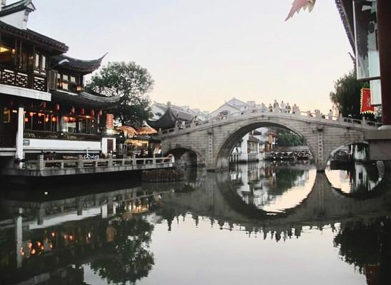 Một trong những điểm nhấn của Chu Gia Giác là 36 cây cầu vòm bắc ngang sông làm nhịp nối cho người dân sinh sống quanh thị trấn. Cây cầu lớn nhất là cầu Phóng Sinh, ra đời năm 1571, đến nay đã hơn 400 năm. Cây cầu vẫn vẹn nguyên như xưa, trở thành biểu tượng của cổ trấn. Ảnh: @ferryadhi.