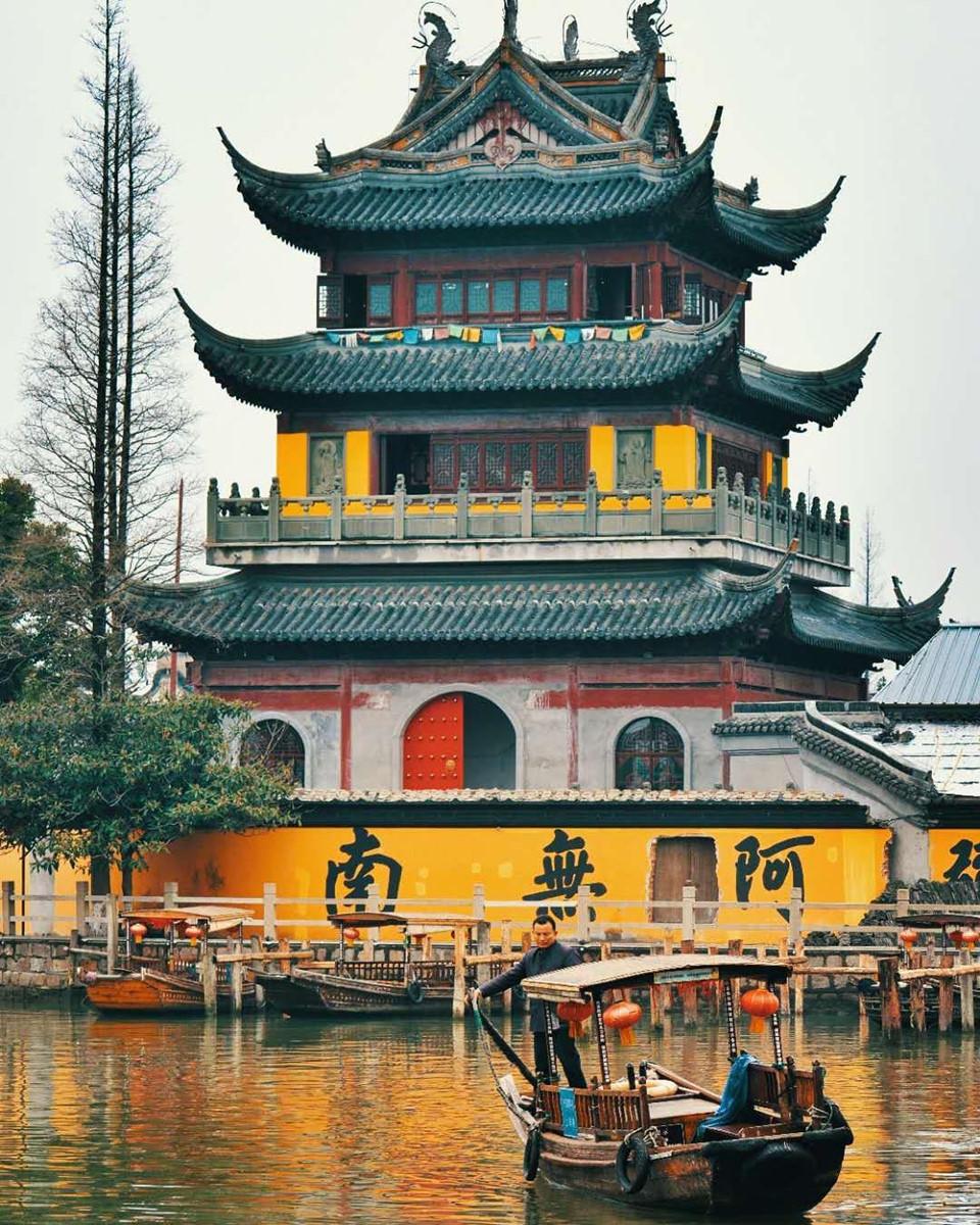 Chu Gia Giác nổi tiếng với nhất kiều (cầu Phóng Sinh), nhất nhai (đường Bắc Đại), nhất tự (Báo Quốc tự), nhất miếu (miếu Thành Hoàng), nhất thính (phòng lớn Tịch Thị), nhất quán (nhà tưởng niệm Vương Sưởng), nhị viên (Khóa Trực Viên và Chu Khê Viên), tam vịnh (vịnh Tam Dương, vịnh Kiều Tử, vịnh Di Đà), nhị thập lục lộng (26 ngõ hẻm). Ảnh: @chinadestination.