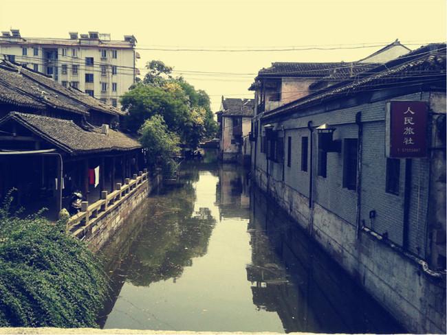 """Phong Kinh được đánh giá là cổ trấn thủy mặc Giang Tây điển hình, vì thế mà bao quanh Phong Kinh chỉ toàn sông nước. Theo đó, những cây cầu cũng xuất hiện dày đặc, đến chừng 52 cây cầu bắc ngang sông. Một trong những cây cầu lâu năm nhất là cầu Nguyên Đại Chí Hòa, có niên đại đến 700 năm. Cổ trấn Phong Kinh được nhiều đạo diễn chọn làm phim trường, phải kể đến bộ phim điện ảnh """"No Limit"""" sản xuất năm 2011 do đạo diễn Phó Hoa Dương phụ trách. Ảnh: Mafengwo."""