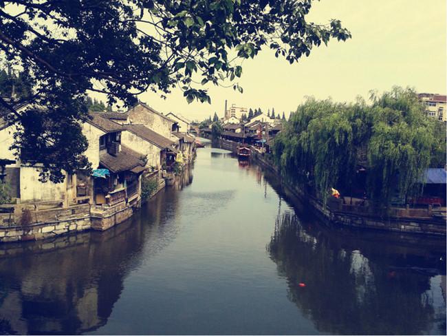Thị trấn cổ Phong Kinh: Cố trấn Phong Kinh là một trong tám danh lam thắng cảnh thuộc phường Tân Hộ, Thượng Hải. Thị trấn cổ yên bình mang nét thủy mặc đặc trưng vùng Giang Nam. Nơi đây in dấu tàng tích những câu chuyện thần bí từ thời Tống, Nguyên còn lưu truyền đến tận ngày nay. Ảnh: Mafengwo.