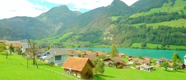 Thụy Sĩ là một quốc gia xinh đẹp, là đất nước du lịch nổi tiếng thu hút sự quan tâm của du khách. Đến Thụy Sĩ, bạn như lạc vào một thế giới cổ tích mơ mộng, với nhiều phong cảnh thiên nhiên tươi đẹp, những mái nhà tựa như đang lạc vào truyện cổ tích của Andersen.