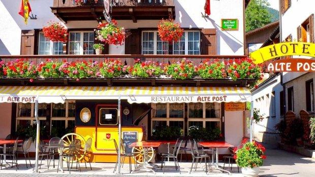 Tới Thụy Sĩ vào tháng 6, bạn sẽ được đắm chìm trong một bức tranh đẹp nên thơ. Lúc này, sắc màu mùa hè trải rộng trên các đồng cỏ xanh, không khí mát lành in trên các mặt hồ nước. Đây cũng là khoảng thời gian yêu thích nhất của người dân Thụy Sĩ.