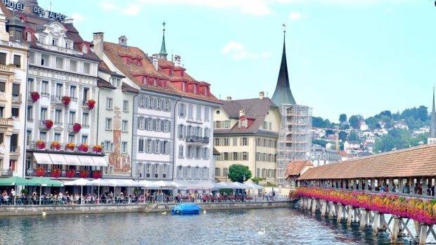 Dịch vụ lưu trú tại Thụy Sĩ cũng rất đa dạng và phong phú. Bạn nên tìm hiểu tại các web đặt khách sạn như booking, agoda để tham khảo phòng và giá vé cho phù hợp