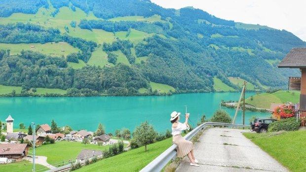 Bên cạnh đó, cũng đừng quên khám phá các thành phố mang vẻ đẹp yên bình, là niềm tự hào của người dân Thụy Sĩ. Đến những thành phố này, chắc chắn bạn sẽ khong khỏi trầm trồ bởi vẻ đẹp chẳng khác nào cổ tích của nó. Ngoài ra, thủ đô Bern xinh đẹp, Zurich sôi động hay Geneva thanh bình cũng là những địa danh nên khám phá.
