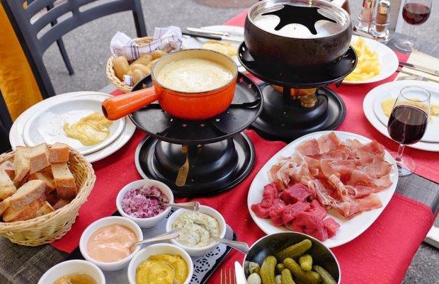 Ẩm thực Thụy Sĩ đa dạng bởi sự pha trộn của nhiều quốc gia khác nhau trong khu vực. Phần nhiều, các món ăn Thụy Sĩ thường mang hướng ẩm thực Tây Âu, một số món ăn đặc sắc phải kể đến: bánh mì thịt nguội, mì ống, bánh khoai tây, rau củ và salad
