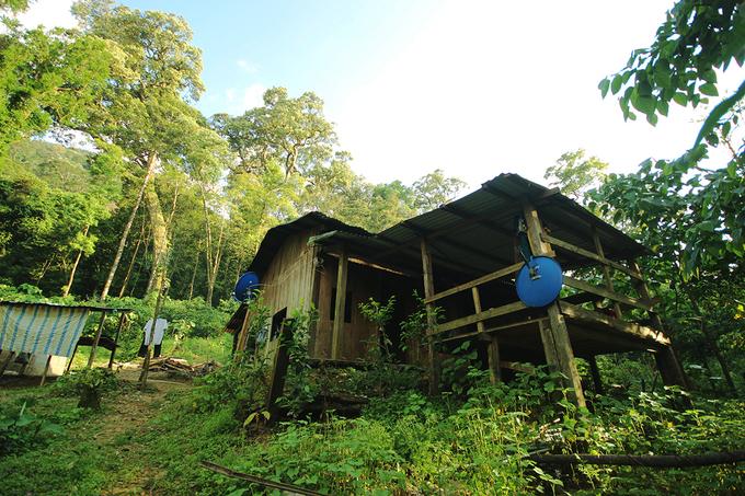 Ở đây có bốn ngôi làng của người dân Xê Đăng sinh sống lưng chừng các ngọn núi. Nhà làm bằng gỗ nằm cạnh nhau.