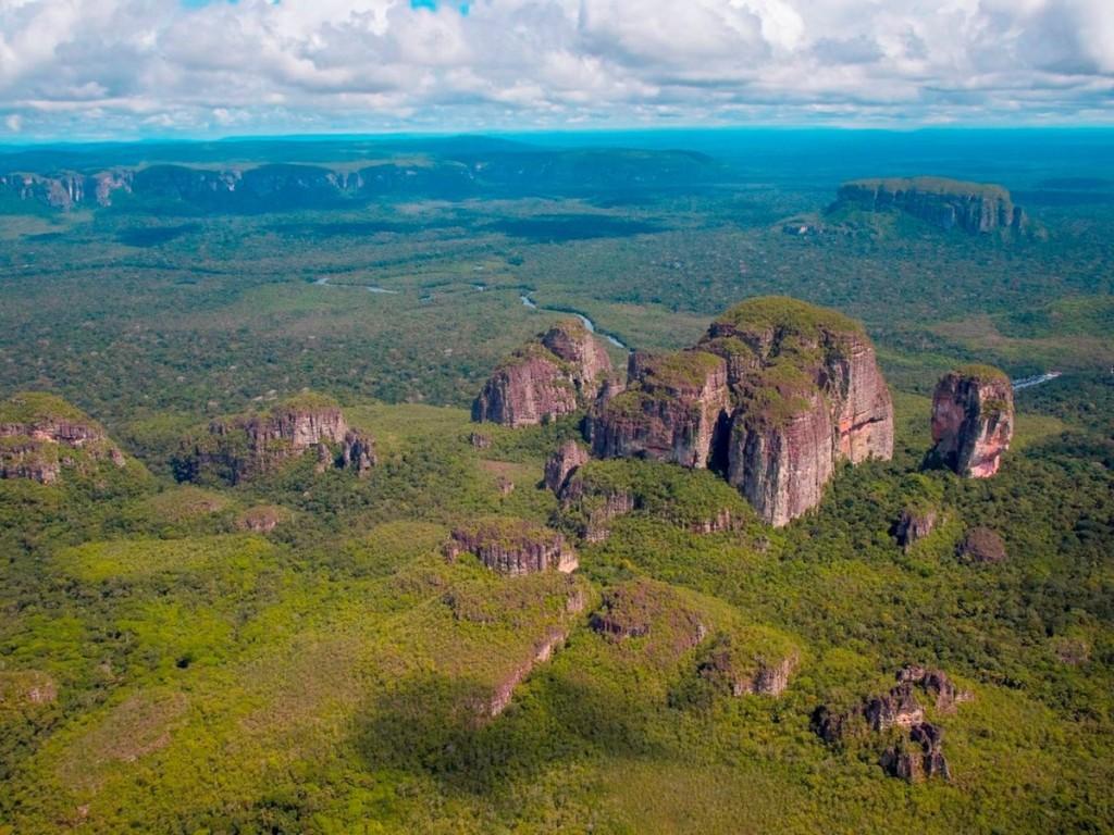 Vườn quốc gia Chiribiquete, Colombia Với diện tích 2,7 triệu ha, vườn quốc gia này sở hữu quần thể đa dạng sinh học lớn nhất khu vực Amazon và nổi tiếng với những ngọn núi có đỉnh bằng phẳng. Đây là những phần sót lại của một cao nguyên đá sa thạch lớn và có nhiều dấu tích của loài người thời nguyên thuỷ với 75.000 bức vẽ từ 20.000 năm trước cùng 60 hang đá.
