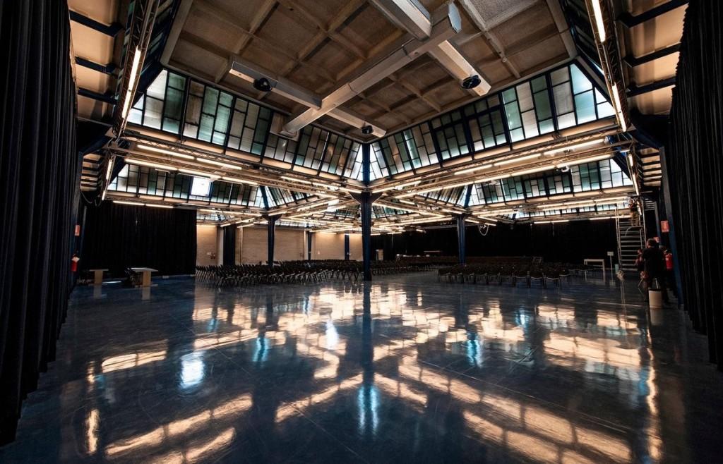 """Khu công nghiệp Olivetti ở Ivrea, Italy Nằm tại thành phố Ivrea (Italy) - một thành phố công nghiệp được thiết kế bởi các nhà hoạch định và kiến trúc sư đô thị hàng đầu của đất nước này, khu công nghiệp được xây dựng trong khoảng giữa những năm 1930 và 1960. UNESCO nhận xét rằng thành phố này """"thể hiện một tầm nhìn hiện đại về mối quan hệ giữa sản xuất công nghiệp và kiến trúc""""."""