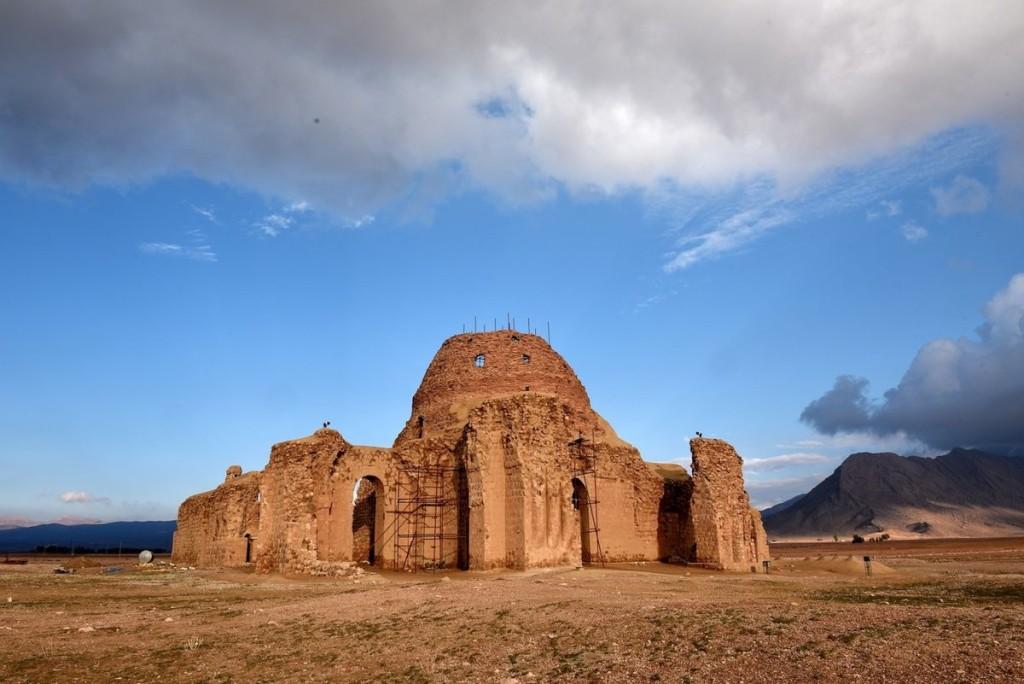 Khu khảo cổ Sasanian của vùng Fars, Iran Chuỗi 8 di chỉ khảo cổ tập trung ở ba thành phố cổ Bishabpur, Firouzabad và Sarvestan nằm ở phía đông nam tỉnh Fars. Đây là minh chứng cho thời kỳ rực rỡ của triều đại Sassanid ở vương quốc Ba Tư cổ.