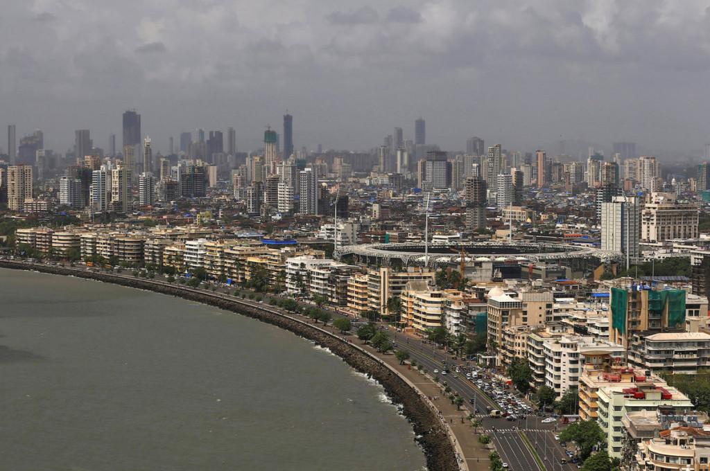 Dãy công trình phong cách Art Déco ở Mumbai, Ấn Độ Sự pha trộn giữa thiết kế Ấn Độ và Art Deco, tạo ra phong cách Indo-Deco cho khu vực này. Cuối thế kỷ 19, các nhà hoạch định đã định hướng nơi này trở thành trung tâm thương mại đẳng cấp, với việc xây dựng các tòa nhà theo phong cách Tân Gothic thời Nữ hoàng Victoria. Đầu thế kỷ 20, một số tòa nhà lại được xây dựng theo phong cách Art Deco xung quanh công viên Maidan, tạo thành quần thể kiến trúc độc đáo.