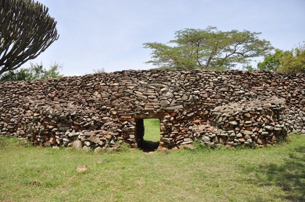 Di tích khảo cổ Thimlich Ohinga, Kenya Quần thể Thimlich Ohinga tại khu vực hồ Victoria, tây bắc Migori, Kenya, bao gồm các bức tường làm bằng những khối đá xếp lên nhau có thể xây dựng từ thế kỷ 16. Công trình được cho từng là pháo đài của các cộng đồng dân cư và gia súc. Đây cũng là quần thể lớn nhất và được bảo tồn nguyên vẹn nhất trong số những di tích thuộc loại này còn sót lại.
