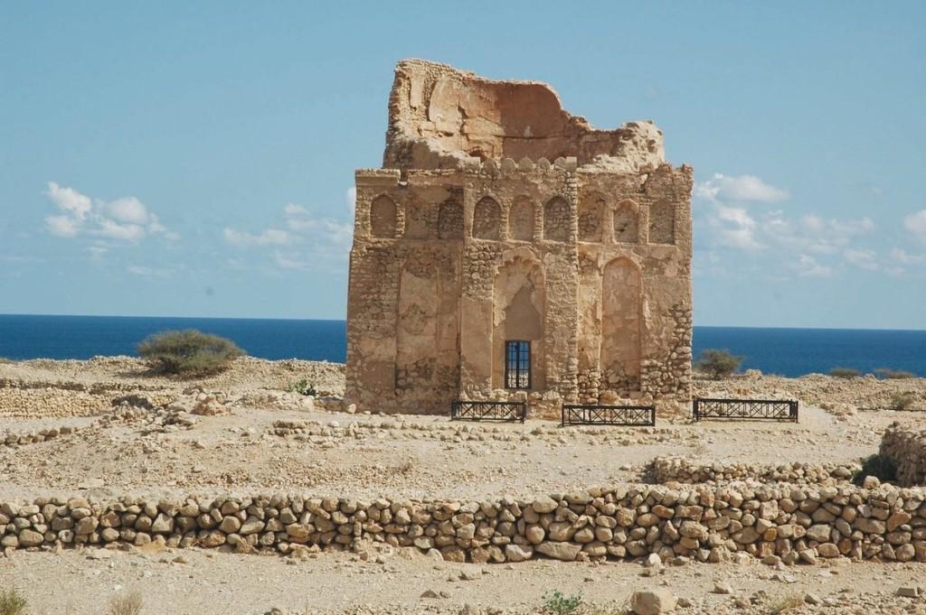 Thành phố cổ Qalhat, Oman Nằm ở bờ biển phía đông Oman, Qalhat từng đóng vai trò là bến cảng chính ở bờ biển phía đông Ả Rập từ thế kỷ 11 đến 15, minh chứng cho sự giao thương giữa các vùng Ả Rập, Đông Phi, Ấn Độ, Trung Quốc và Đông Nam Á.