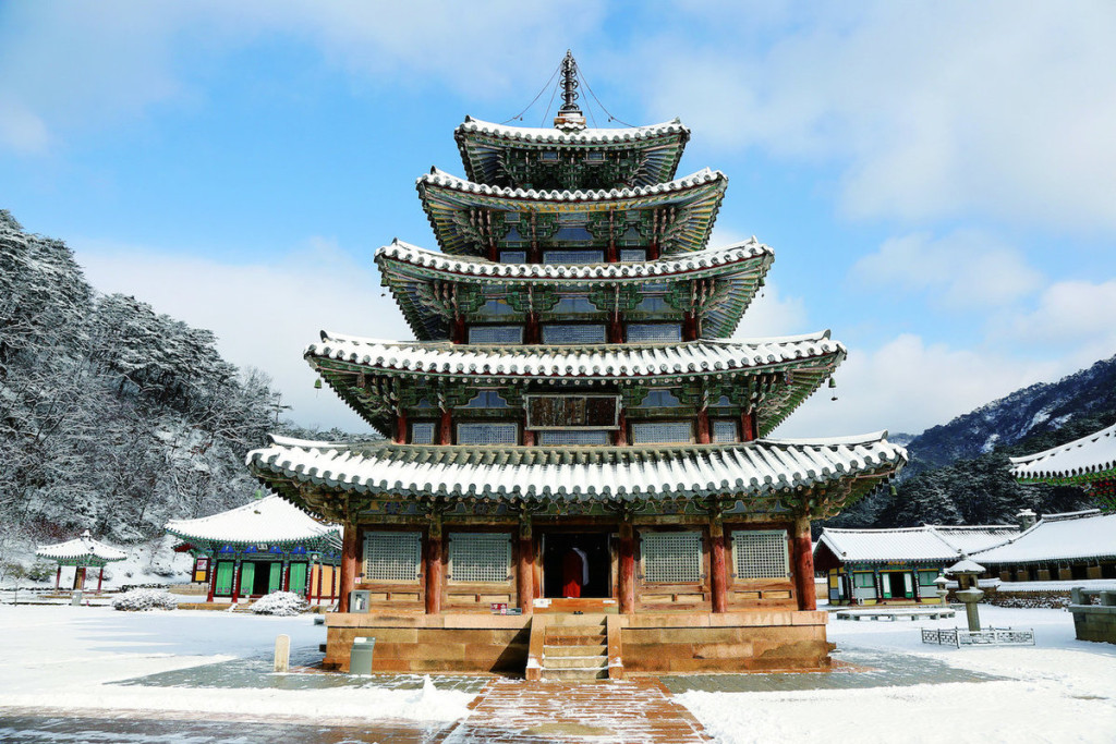 Bảy ngôi đền thờ Sansa, Hàn Quốc Quần thể 7 ngôi đền thờ Sansa nằm rải rác khắp các tỉnh miền Nam của Hàn Quốc được xây dựng trong khoảng thế kỷ 7 - 9. Qua nhiều thế kỷ, các công trình còn giữ được nguyên vẹn và vẫn được sử dụng để tổ chức nhiều hoạt động tôn giáo của cộng đồng địa phương.