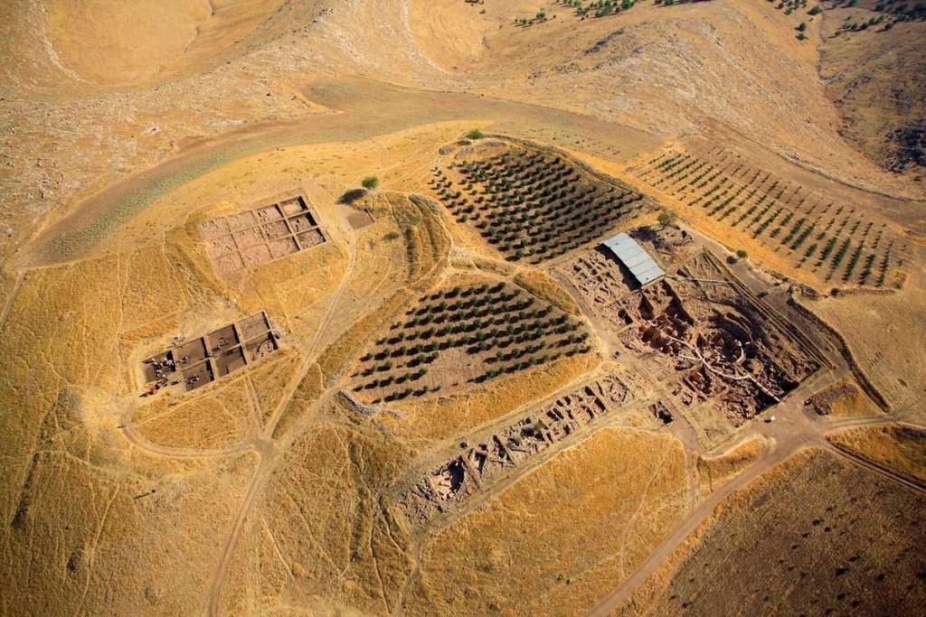 Khu đền Göbekli Tepe, Thổ Nhĩ Kỳ Nằm trong dãy núi Germus ở đông nam Anatolia, khu đền cổ bằng đá cự thạch đồ sộ được dựng bởi các nhóm săn bắn hái lượm thời kỳ đồ đá mới, giữa 9.600 và 8.200 trước công nguyên.