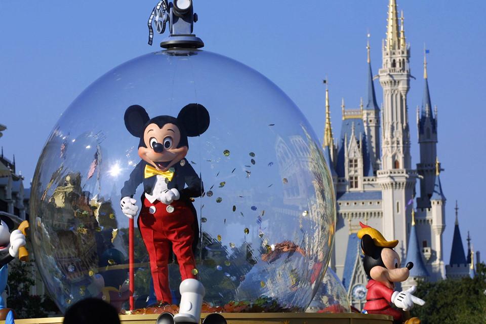 Là điểm đến nổi tiếng thế giới, công viên giải trí Disney không chỉ cuốn hút thiếu nhi mà còn hấp dẫn cả người lớn, rất thích hợp cho chuyến du lịch gia đình. Hiện có 12 công viên giải trí Disney tại Bắc Mỹ, châu Âu và châu Á. 7 kinh nghiệm sau sẽ rất hữu ích nếu bạn lần đầu đến đây. Ảnh: Cheatsheet.com.