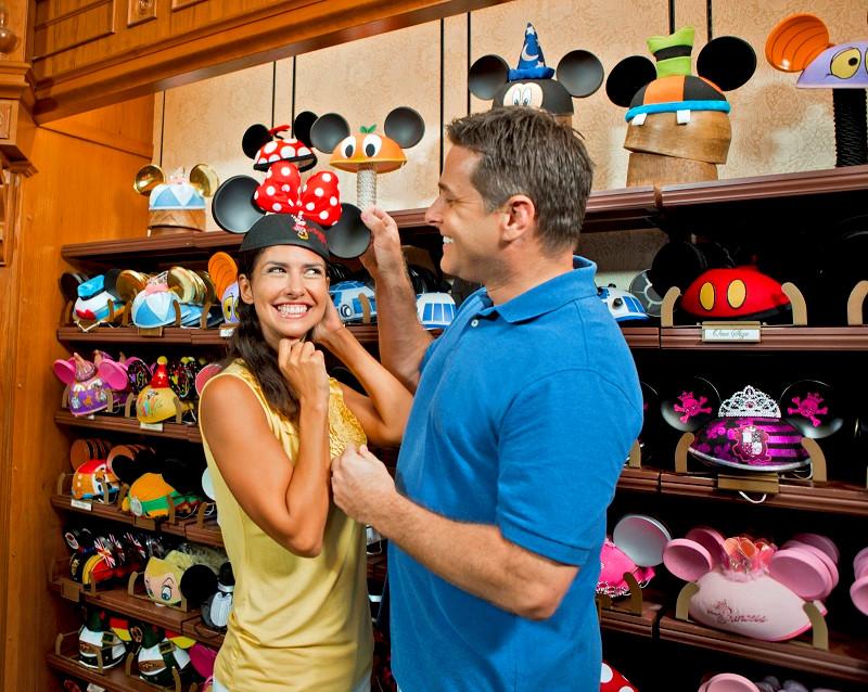 Cố gắng kiềm chế chi tiêu: Công viên giải trí Disney luôn có nhiều điều hấp dẫn, thú vị dành cho bạn, song cũng là nơi khá đắt đỏ. Có vô số cửa hàng khắp nơi trong công viên sẵn sàng phục vụ bạn rút hầu bao cho các món đồ lưu niệm xinh xắn. Cách tốt nhất để không hối tiếc cho chiếc ví của mình về sau là... kiềm chế. Ảnh: Laughingplace.com