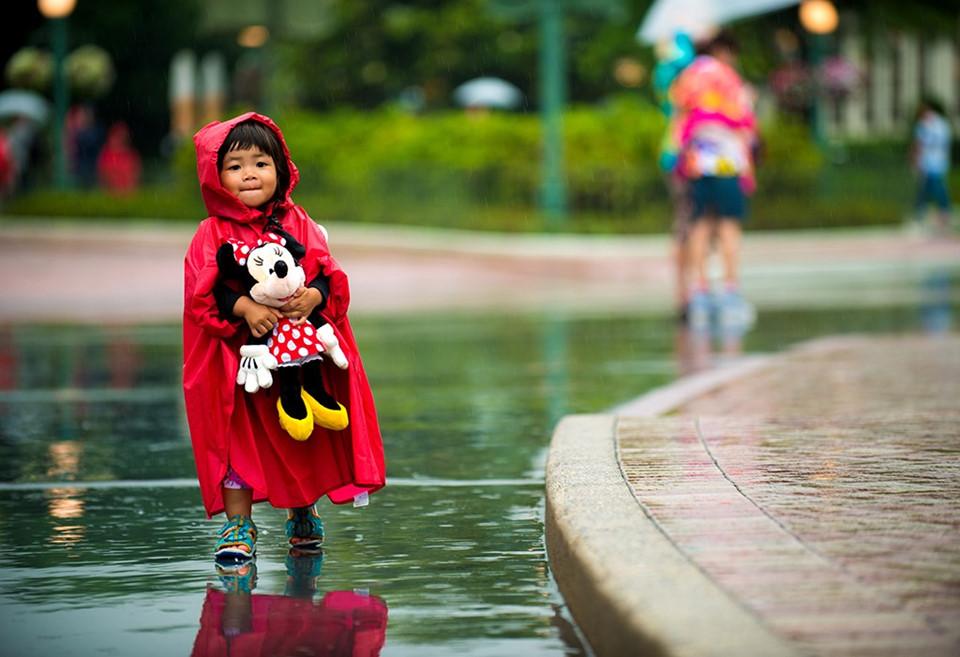 Lường trước các vấn đề thời tiết: Đôi khi thời tiết tại công viên không quá thuận lợi. Bạn có thể mang theo ô (dù) hay áo mưa tiện lợi nhỏ gọn. Ngay cả khi trời không mưa, áo mưa này cũng sẽ giúp tránh bị ướt nếu tham gia trò chơi nước như Splash Mountain. Khi mưa, hãy vào một địa điểm trong nhà để ăn uống hoặc ngắm nhìn đồ lưu niệm và đợi trời tạnh. Ảnh: Disneytouristblog.com.