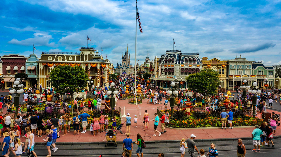 """Có sẵn một kế hoạch """"định vị"""": Sẽ luôn hữu ích nếu bạn tìm hiểu trước lịch trình tham quan, vui chơi tại công viên giải trí Disney. Bạn có thể làm một chuyến """"tham quan ảo"""" - bằng Google chẳng hạn - để hiểu rõ cách bố trí các khu vực trong khuôn viên, và lập danh sách các điểm đến ưu tiên theo sở thích của mọi người. Ảnh: Orlandoinformer.com."""