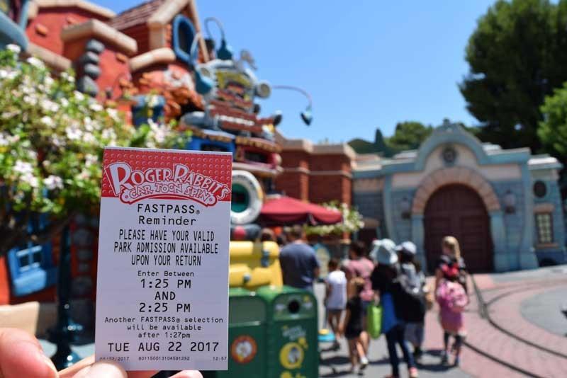 """Hãy sử dụng Fastpass: Disney Fastpass là phần """"tăng thêm"""" miễn phí đi kèm với vé công viên. Sử dụng nó, bạn có thể tránh việc xếp hàng dài chờ đợi tham gia các trò chơi. Fastpass cho phép bạn đặt trước lịch tham gia đến 30 ngày. Nhờ đó, lịch trình của bạn có thể rút ngắn - thay vì chờ đợi 1 giờ, chỉ còn 15 phút. Ảnh: Undercovertourist.com."""