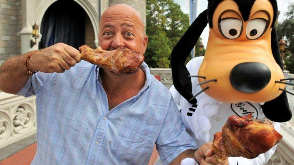 Các món ăn tại công viên giải trí Disney rất hấp dẫn, nhưng cũng khá tốn kém. Dù vậy, bạn có thể tiết kiệm bằng cách thưởng thức các món ngon như kem mát lạnh tại Storybook Treats, hay một đùi gà tây khổng lồ. Ảnh: Spoonuniversity.com, Orlandosentinel.com.