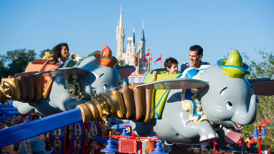 Đến sớm và ra về sớm nếu muốn tránh đám đông: Để không bị mắc kẹt ở lối vào và lối ra của công viên, cách tốt nhất là bạn nên đến sớm và ra về trước khi trời tối. Cũng sẽ có nhiều người đến đây vào sáng sớm, nhưng đầu ngày vẫn là thời điểm công viên giải trí Disney trống vắng nhất. Ảnh: Aavacations.com.