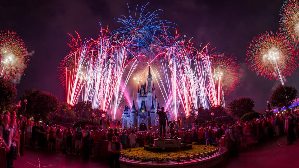 Buổi tối ở công viên sẽ có những màn pháo hoa rất ngoạn mục, nhưng nếu không muốn chen giữa đám đông khổng lồ, bạn có lẽ nên rời công viên sớm hơn. Ảnh: Disney.go.com.