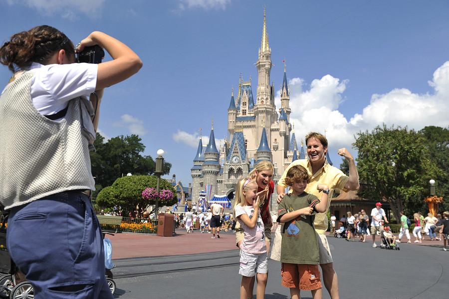Đừng mất phí cho những bức ảnh có thể tự chụp: Khuôn viên công viên giải trí Disney luôn có các thợ chụp ảnh chuyên nghiệp sẵn sàng cho bạn những bức ảnh lung linh, nhất là ở các vị trí mang tính biểu tượng của Disney như lâu đài Cinderella. Ảnh: Disney.go.com.