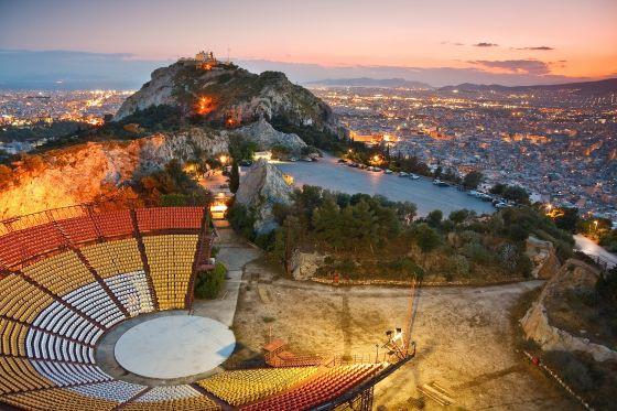 Ở đỉnh đồi, du khách có thể ghé thăm nhà thờ, nhà hát cổ ngoài trời và dùng bữa tại nhà hàng Orizontes với góc nhìn toàn cảnh thành phố.