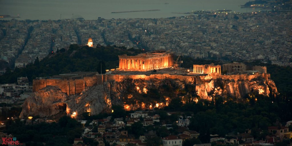 Tầm nhìn từ đồi Lycabettus đẹp và thơ mộng nhất trong ánh hoàng hôn khi từ đỉnh đồi, hình ảnh quần thể Acropolis, đền thờ thần Zeus, sân vận động Panathenaic và công trình cổ đại Agora được chiếu đèn rực rỡ. Khách du lịch còn được thưởng ngoạn khung cảnh biển Aegan xanh ngọc bao quanh thành phố Athens.